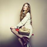 Retrato de uma mulher nova bonita com uma bolsa imagens de stock royalty free