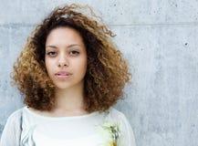 Retrato de uma mulher nova bonita da raça misturada Fotos de Stock Royalty Free