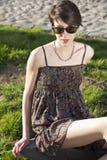 Retrato de uma mulher nova com óculos de sol Foto de Stock Royalty Free