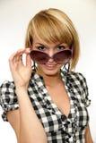Retrato de uma mulher nova com óculos de sol imagens de stock royalty free