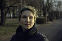 Retrato de uma mulher nova com cabelo curto Imagem de Stock Royalty Free