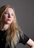Retrato de uma mulher nova com cabelo longo Imagens de Stock Royalty Free