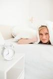 Retrato de uma mulher nova desapontada que acorda Imagem de Stock Royalty Free
