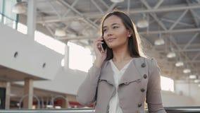 Retrato de uma mulher nova do turista do adolescente que visita a compra da cidade usando seus dispositivo e sorriso do smartphon Imagens de Stock
