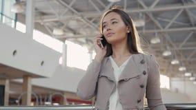 Retrato de uma mulher nova do turista do adolescente que visita a compra da cidade usando seus dispositivo e sorriso do smartphon Imagem de Stock