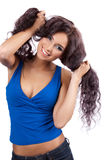 Retrato de uma mulher nova feliz com o hai ondulado longo Imagens de Stock Royalty Free