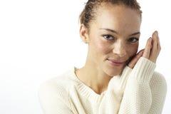 Retrato de uma mulher nova no estúdio Fotografia de Stock Royalty Free
