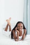 Retrato de uma mulher nova que faz um atendimento de telefone Imagens de Stock Royalty Free