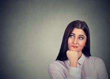 Retrato de uma mulher pensativa fotos de stock royalty free