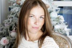 Retrato de uma mulher perto da árvore de Natal Imagens de Stock