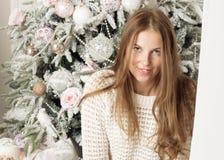 Retrato de uma mulher perto da árvore de Natal Foto de Stock