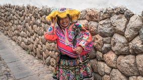 Retrato de uma mulher peruana não identificada com seus carneiros do bebê na roupa nativa em Ollantaytambo, Peru imagens de stock