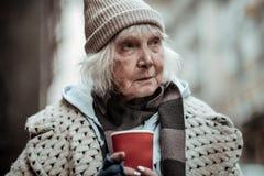 Retrato de uma mulher pobre triste idosa fotografia de stock