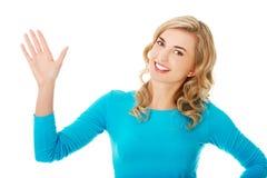 Retrato de uma mulher que acena à câmera fotos de stock royalty free