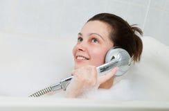 Retrato de uma mulher que aprecia na banheira Imagens de Stock Royalty Free