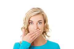 Retrato de uma mulher que cobre sua boca Foto de Stock