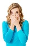 Retrato de uma mulher que cobre sua boca Fotografia de Stock Royalty Free