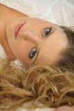 Retrato de uma mulher que encontra-se para baixo Imagens de Stock Royalty Free