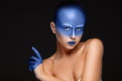 Retrato de uma mulher que seja coberta com a pintura azul Imagem de Stock Royalty Free