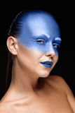 Retrato de uma mulher que seja coberta com a pintura azul Fotos de Stock Royalty Free