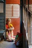 Retrato de uma mulher que senta-se no assoalho no trem imagem de stock