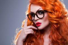 Retrato de uma mulher red-haired bonita imagens de stock