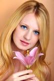 Retrato de uma mulher sensual com flor foto de stock