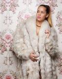 Mulher 'sexy' no casaco de pele foto de stock royalty free