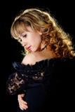 Retrato de uma mulher 'sexy' nova bonita no preto Imagens de Stock Royalty Free