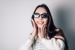 Retrato de uma mulher de sorriso nova bonita nos vidros 3D no fundo branco Realidade virtual, tecnologia moderna Fotografia de Stock Royalty Free