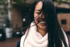Retrato de uma mulher de sorriso que está fora foto de stock royalty free
