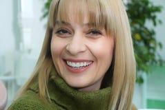 Retrato de uma mulher de sorriso que olha a câmera Imagens de Stock Royalty Free