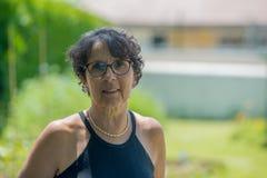 Retrato de uma mulher superior bonita no jardim Imagem de Stock