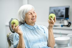 Retrato de uma mulher superior no escritório dental fotos de stock