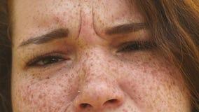 Retrato de uma mulher triste nova a cara com sardas fecha-se acima vídeos de arquivo