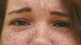 Retrato de uma mulher triste nova a cara com sardas fecha-se acima video estoque