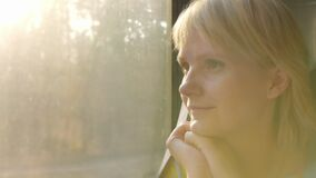Retrato de uma mulher de viagem Senta-se pela janela no carro de trem vídeos de arquivo