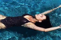 Retrato de uma natação 'sexy' bonita da mulher na associação fotografia de stock