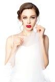 Retrato de uma noiva bonita com o véu em suas mãos Fotografia de Stock Royalty Free