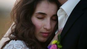Retrato de uma noiva bonita na natureza Movimento lento video estoque