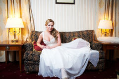 Retrato de uma noiva bonita no interior imagem de stock