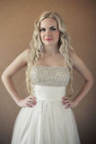 Retrato de uma noiva loura bonita com cabelo encaracolado longo foto de stock royalty free