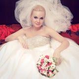 Retrato de uma noiva loura bonita com o grande véu vapory fotografia de stock