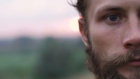 Retrato de uma parte do homem beraded, de olhos azuis lentamente video estoque