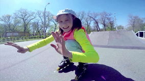 Retrato de uma patinagem de rolo inline da criança desportivo vídeos de arquivo