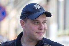 Retrato de uma patrulha do homem da polícia na rua no centro da cidade Lviv, Ucrânia Imagem de Stock