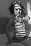Retrato de uma rapariga bonita com sombra foto de stock