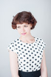 Retrato de uma rapariga bonita em um fundo branco Imagem de Stock