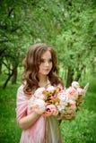 Retrato de uma rapariga bonita No parque fotos de stock royalty free