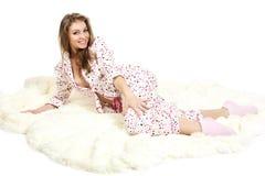 Retrato de uma rapariga doce nos pijamas brancos. Imagem de Stock
